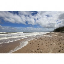 Fototapeta fale i białe chmury nad morzem