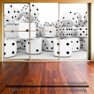 Kostki do gry - dekoracja na szafę