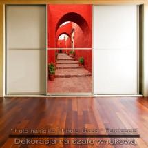 Czerwone podwórze- dekoracja na szafę
