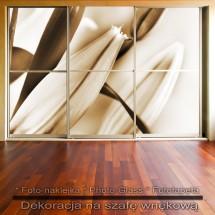 Liliowe pąki - dekoracja na szafę