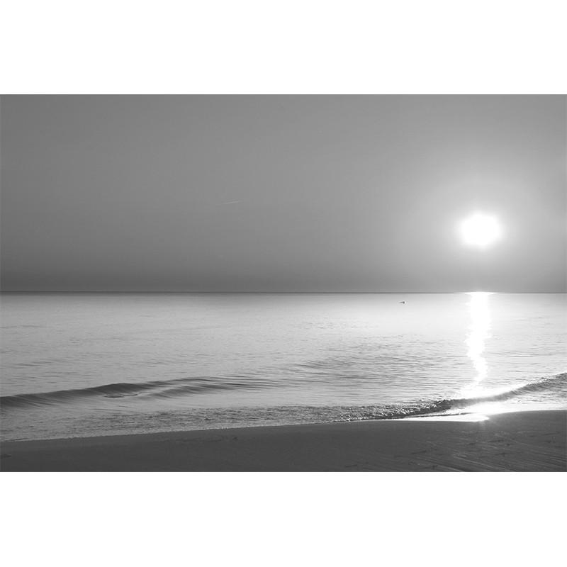 Fototapeta wschód słońca nad morzem - czarno biała