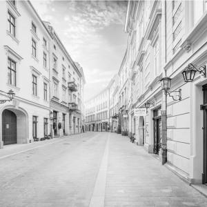Fototapeta uliczka Kraków - czarno biała