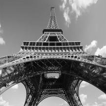 Dekoracja na ścianę z wieżą Eiffela w nowoczesnym salonie