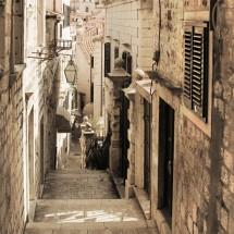 Fototapeta na ścianę ze schodami w uliczce