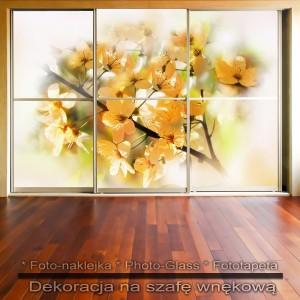 Gałązka w kwiatach - dekoracja na szafę