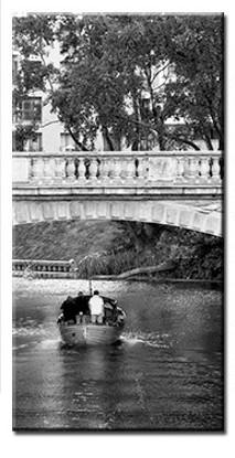 Czarno biały obraz - rzeka w mieście