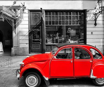 Czerwony samochód na miejsckim tle